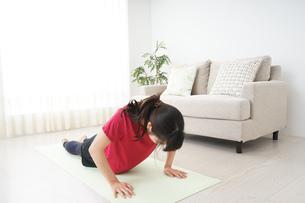 筋トレをする若い女性の写真素材 [FYI04656258]