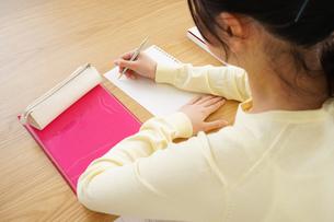 勉強する若い女性の写真素材 [FYI04656262]
