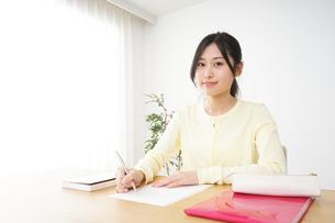 勉強する若い女性の写真素材 [FYI04656265]