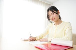勉強する若い女性の写真素材 [FYI04656266]