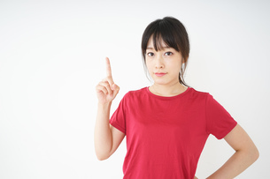 指をさすスポーツインストラクターの写真素材 [FYI04656270]