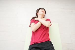 筋トレをする若い女性の写真素材 [FYI04656273]