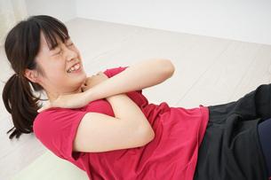 筋トレをする若い女性の写真素材 [FYI04656275]