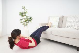 筋トレをする若い女性の写真素材 [FYI04656277]