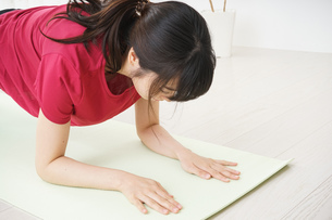 筋トレをする若い女性の写真素材 [FYI04656278]