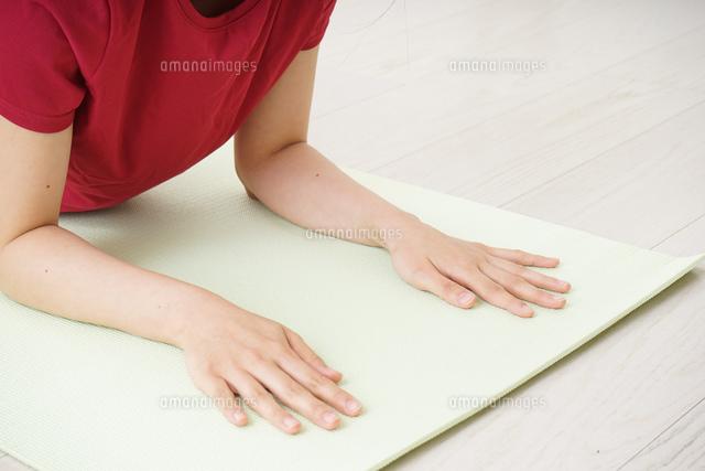 筋トレをする若い女性の写真素材 [FYI04656285]