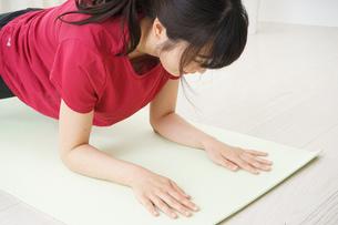 筋トレをする若い女性の写真素材 [FYI04656286]