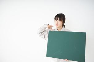 黒板を持つ作業服姿の女性の写真素材 [FYI04656287]