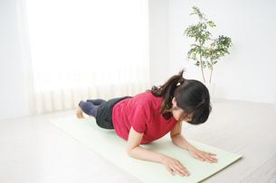 筋トレをする若い女性の写真素材 [FYI04656290]