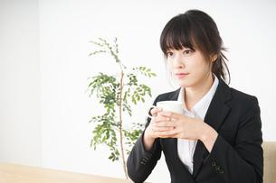 カフェでリラックスするビジネスウーマンの写真素材 [FYI04656312]