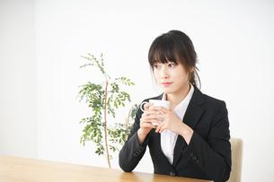 カフェでリラックスするビジネスウーマンの写真素材 [FYI04656314]
