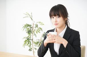 カフェでリラックスするビジネスウーマンの写真素材 [FYI04656326]