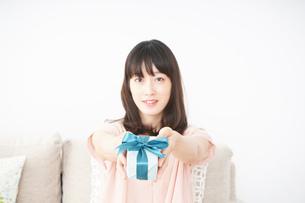 プレゼントをもらう若い女性の写真素材 [FYI04656328]