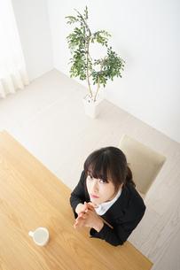 カフェでリラックスするビジネスウーマンの写真素材 [FYI04656329]