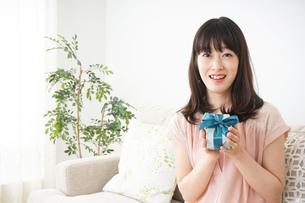 プレゼントをもらう若い女性の写真素材 [FYI04656331]