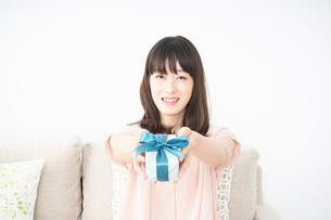 プレゼントをもらう若い女性の写真素材 [FYI04656332]