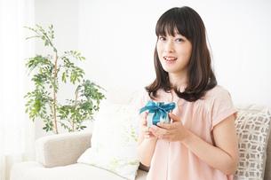プレゼントをもらう若い女性の写真素材 [FYI04656333]