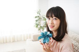 プレゼントをもらう若い女性の写真素材 [FYI04656336]