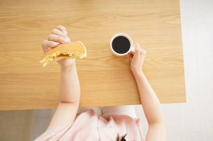 朝食を食べる若い女性の写真素材 [FYI04656342]