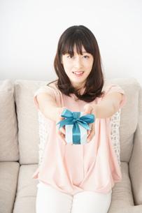 プレゼントをもらう若い女性の写真素材 [FYI04656351]