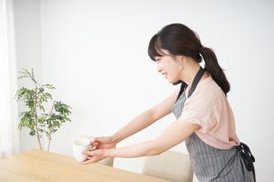笑顔のカフェスタッフの写真素材 [FYI04656359]