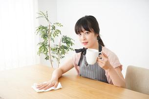 笑顔のカフェスタッフの写真素材 [FYI04656366]