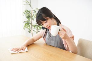 笑顔のカフェスタッフの写真素材 [FYI04656370]