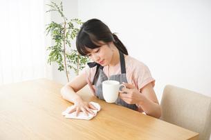 笑顔のカフェスタッフの写真素材 [FYI04656371]