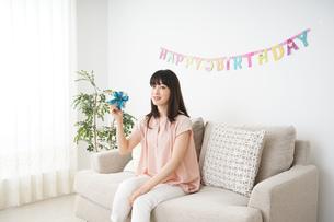 プレゼントを持つ若い女性の写真素材 [FYI04656424]