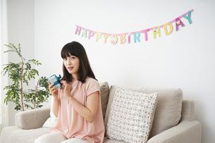 プレゼントを持つ若い女性の写真素材 [FYI04656430]