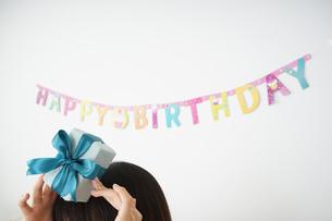 プレゼントを持つ若い女性の写真素材 [FYI04656439]