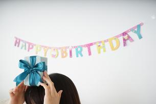 プレゼントを持つ若い女性の写真素材 [FYI04656440]