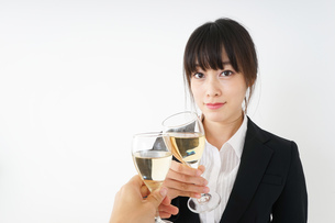 スーツ姿でお酒を飲む若い女性の写真素材 [FYI04656446]
