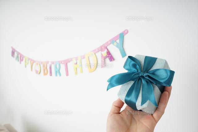 プレゼントを持つ若い女性の写真素材 [FYI04656450]