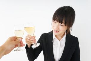 スーツ姿でお酒を飲む若い女性の写真素材 [FYI04656452]