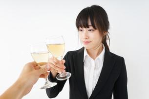 スーツ姿でお酒を飲む若い女性の写真素材 [FYI04656453]