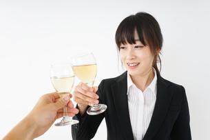 スーツ姿でお酒を飲む若い女性の写真素材 [FYI04656454]