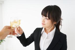 スーツ姿でお酒を飲む若い女性の写真素材 [FYI04656455]