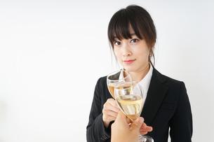スーツ姿でお酒を飲む若い女性の写真素材 [FYI04656456]