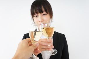 スーツ姿でお酒を飲む若い女性の写真素材 [FYI04656457]