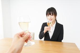 スーツ姿でお酒を飲む若い女性の写真素材 [FYI04656470]