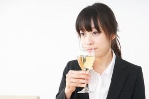 スーツ姿でお酒を飲む若い女性の写真素材 [FYI04656472]