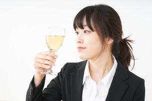 スーツ姿でお酒を飲む若い女性の写真素材 [FYI04656474]