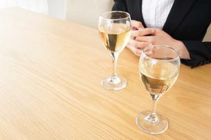 スーツ姿でお酒を飲む若い女性の写真素材 [FYI04656477]