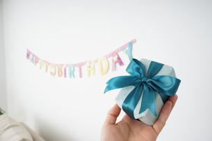 プレゼントを持つ若い女性の写真素材 [FYI04656478]