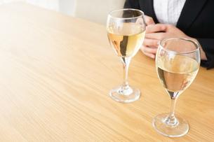 スーツ姿でお酒を飲む若い女性の写真素材 [FYI04656479]
