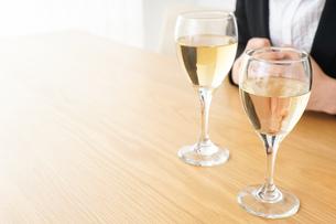 スーツ姿でお酒を飲む若い女性の写真素材 [FYI04656480]