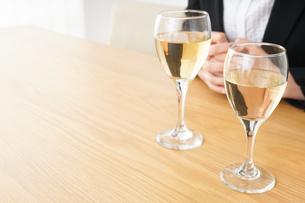スーツ姿でお酒を飲む若い女性の写真素材 [FYI04656482]