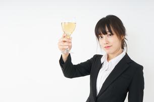 スーツ姿でお酒を飲む若い女性の写真素材 [FYI04656486]