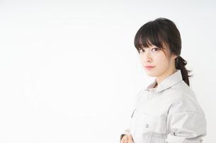 仕事をする作業服姿の女性の写真素材 [FYI04656489]